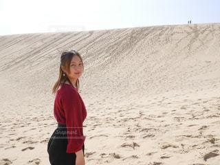 砂の中に立っている女性の写真・画像素材[1156255]