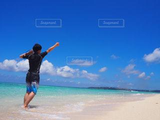 男性,1人,空,海水浴,屋外,南国,ビーチ,雲,後ろ姿,水,砂浜,観光地,水面,沖縄,観光,背中,旅行,日本,夏休み,真夏,手を挙げる