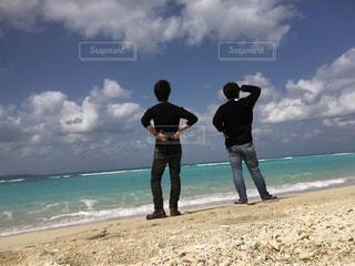 男性,2人,20代,海,空,夏,屋外,ビーチ,雲,晴れ,青空,後ろ姿,砂浜,観光地,海岸,沖縄,背中,夏休み,快晴,若い,友達,仲間