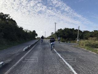 女性,男性,20代,空,自転車,屋外,雲,後ろ姿,道路,海岸,沖縄,背中,道,旅行,旅,青春,竹富島,若い,サイクル,レンタサイクル,漕ぐ