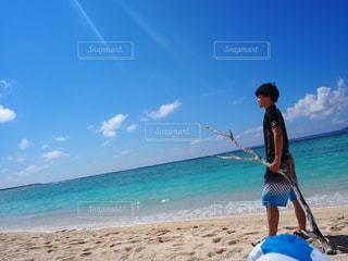 男性,自然,風景,空,夏,屋外,太陽,ビーチ,雲,砂浜,水面,海岸,沖縄,景色,水平線,光,人物,横顔,人,旅行,旅,夏休み,少年,快晴,流木,卒業旅行