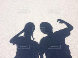 女性,男性,恋人,2人,20代,カップル,屋外,ペア,かわいい,沖縄,影,男,男子,シルエット,仲良し,地面,青春,夏休み,男女,デート,若い