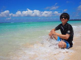 男性,自然,風景,海,空,屋外,波,青い空,水面,海岸,沖縄,男,人物,人,夏休み,少年,グラサン