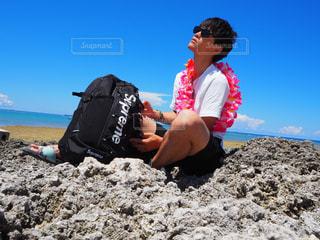 男性,自然,風景,海,空,屋外,白,雲,青空,岩場,ハイビスカス,沖縄,お花,黒髪,岩,人物,人,旅行,夏休み,リュック,バックパック,グラサン,supreme