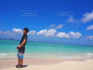男性,1人,自然,風景,空,夏,屋外,南国,ビーチ,雲,青空,沖縄,景色,黒髪,人物,人,旅行,旅,夏休み,リゾート,めんそーれ,くも