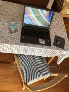 テーブルにノート パソコンをデスク - No.928742