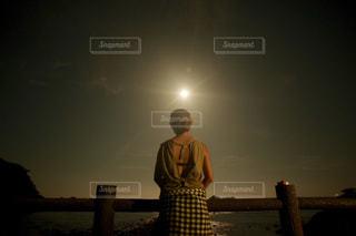 女性,風景,海,空,夜,後ろ姿,月,人物,背中,人,後姿,満月