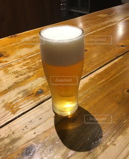 木製テーブルの上のビールのグラスの写真・画像素材[899482]