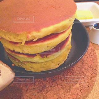 近くに皿の上のケーキのスライスのアップの写真・画像素材[898140]