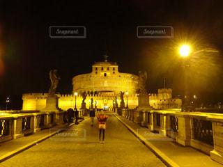 女性,夜景,ローマ,通路,イタリア,海外旅行,記念撮影,サンタンジェロ城