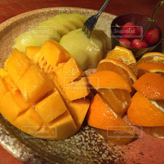 テーブルの上のオレンジのボウルの写真・画像素材[898324]