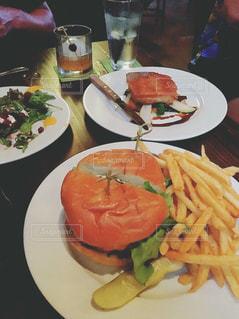 テーブルの上に食べ物のプレート - No.913210