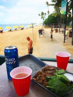 水のカップの横のテーブルの上に食べ物の写真・画像素材[913227]