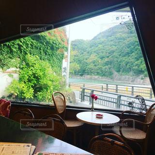大きな窓の景色の写真・画像素材[898877]