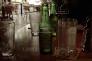 ボトルとテーブルの上のビールのグラスの写真・画像素材[899386]