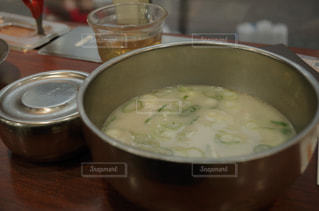 テーブルにあるスープのボウルの写真・画像素材[910155]