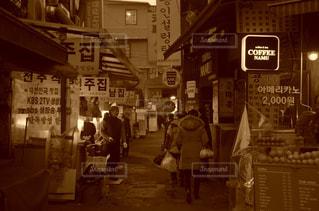 店の前を歩く人々 のグループの写真・画像素材[916913]