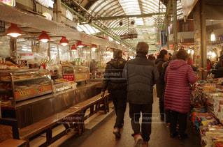 店の前に立っている人々 のグループの写真・画像素材[916919]