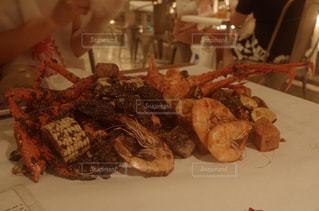 テーブルの上に食べ物のプレートの写真・画像素材[922150]