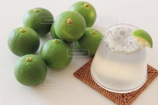 テーブルの上の緑のリンゴ - No.899547