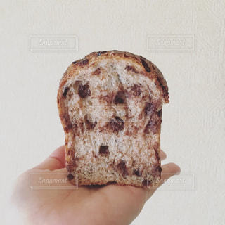 パンを持っている手の写真・画像素材[1205566]