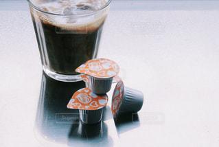 コーヒーやビール、テーブルの上のガラスのカップの写真・画像素材[1256318]