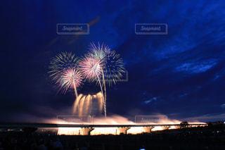 明るい空に開く花火の写真・画像素材[1318163]