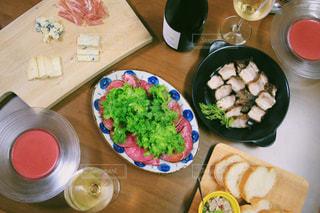 木製テーブルの上に座って食品のプレートの写真・画像素材[1674390]