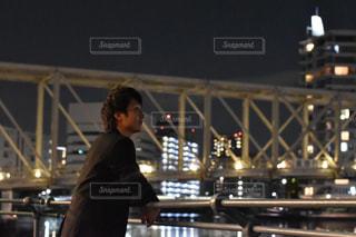 夜景を眺める男性の写真・画像素材[916975]