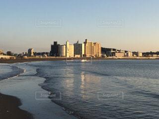 朝日の海とビル - No.918486