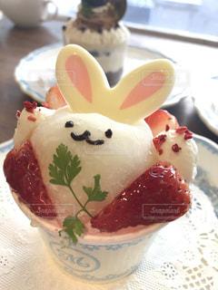 皿の上のケーキの一部の写真・画像素材[899878]