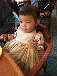 テーブルに座っている小さな子供の写真・画像素材[925603]