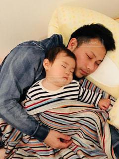 初めてお父さんと一緒に寝てくれた。の写真・画像素材[946220]