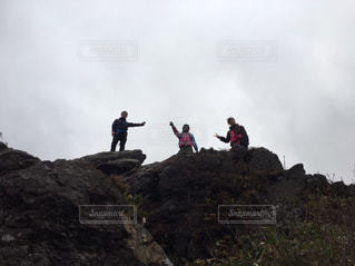 岩が多い丘の上の人々 のグループの写真・画像素材[986110]
