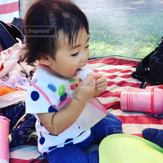 テーブルに座っている小さな子供の写真・画像素材[986115]