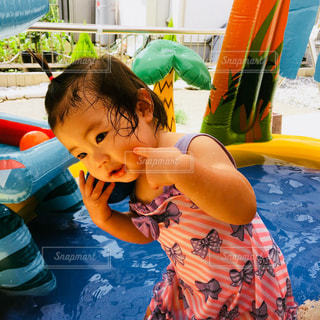 プールの女の子の写真・画像素材[986117]