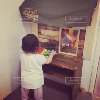部屋に立っている小さな男の子の写真・画像素材[1006681]