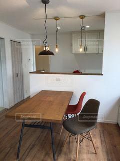 木製テーブル付きの部屋の写真・画像素材[1006715]
