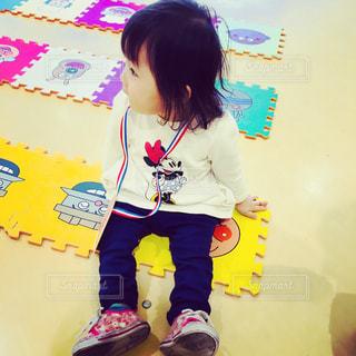 部屋に立っている女の子の写真・画像素材[1016158]