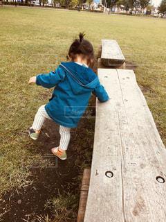 草の中に立っている小さな男の子の写真・画像素材[1016298]