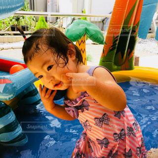 プールの女の子の写真・画像素材[1027410]