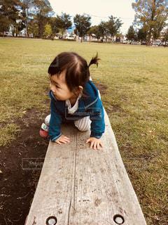 草の中に立っている小さな男の子の写真・画像素材[1027442]
