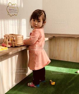キッチンに立っている女の子の写真・画像素材[1141699]