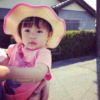 女の子の赤ん坊を保持の写真・画像素材[1159201]