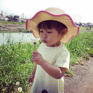帽子をかぶった小さな男の子の写真・画像素材[1159202]