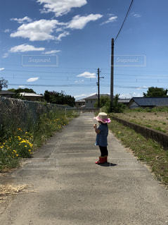 未舗装の道路を歩く人の写真・画像素材[1197200]