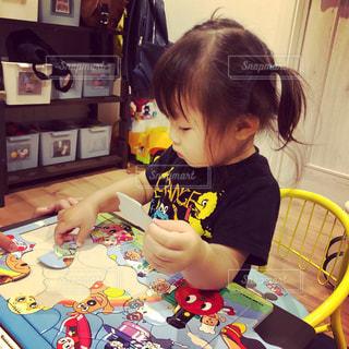 テーブルに座っている小さな子供の写真・画像素材[1213814]