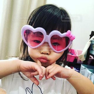 selfie を取ってサングラスを身に着けている女性の写真・画像素材[1364506]