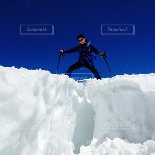雪に覆われた斜面をスキーに乗る男の写真・画像素材[1393806]