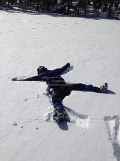 雪をスノーボードに乗る人が斜面をカバーの写真・画像素材[1404008]